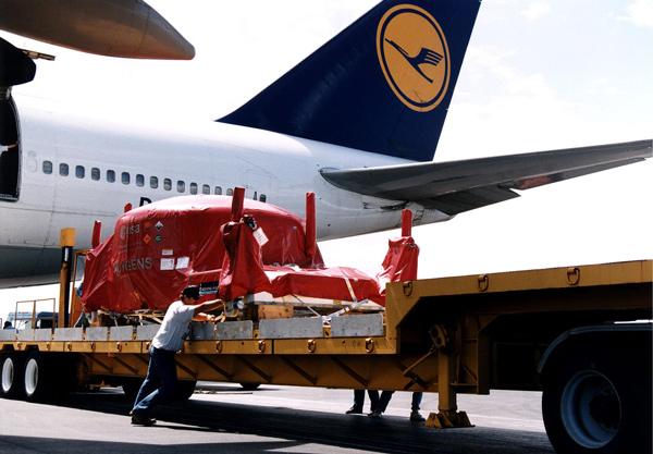 Loading a cargo plane